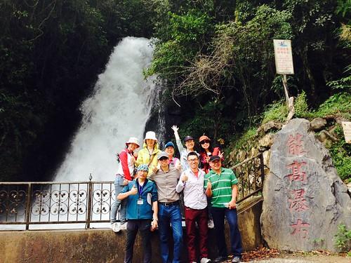 團員攀爬到至能高瀑布,認識從水源保護物種的意義