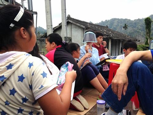 小貨卡帶著孩子前進社區,並成了臨時教室。攝影:廖靜蕙。