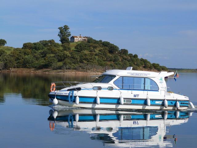 Barco casa en el Lago Alqueva (Alentejo, Portugal)