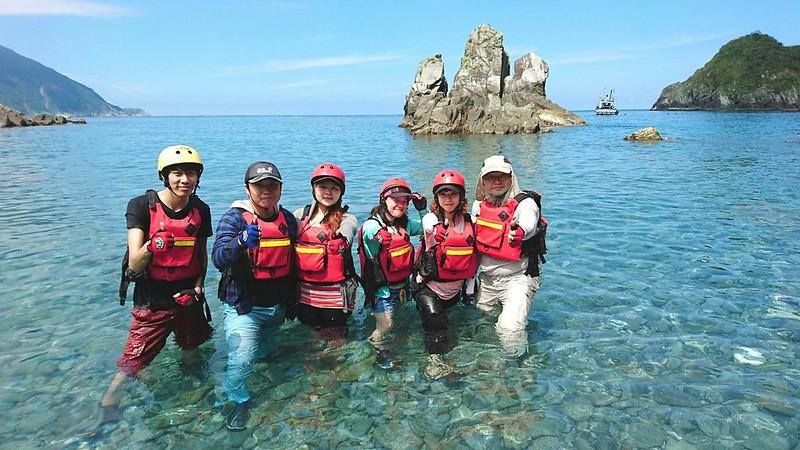 根據我們此次經驗,一人一瓶以上的水比較足夠,因為在海上划獨木舟的過程很容易口渴。