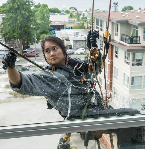 18 year old lady window washer,not afraid of heights