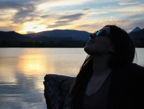 sunset portrait sky lake water girl smile contrast canon contraluz lago pantano basque euskalherria urkulu aretxabaleta canonist