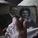 Ambos mirando la foto de su boda, reflejo del paso del tiempo by hemistiquios