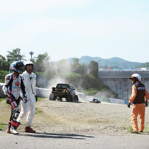 ライダーの方は無事でした。バイクは台車に乗せて引っ張られて移動。
