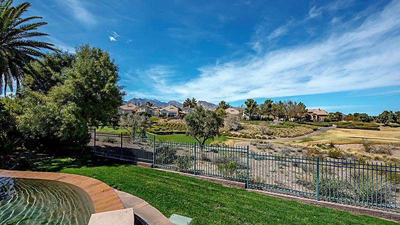 Зеленые поля у дома в Лас-Вегасе