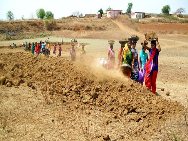 ग्रामीण महिलाओं के श्रम से आकार लेता तालाब