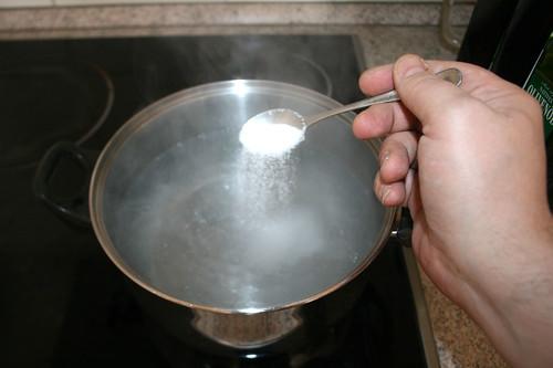 20 - Spargelwasser salzen / Salt water