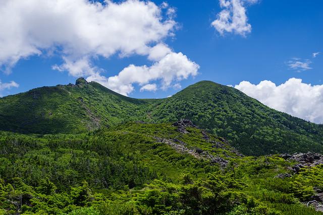 擂鉢池付近から見る東天狗岳(左)と西天狗岳(右)