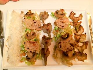 Ensalada de escarola con alcachofas, aguacate y champiñones