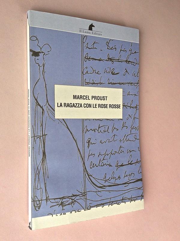 La ragazza con le rose rosse, di Marcel Proust. Nuova Editrice Berti 2014. [Responsabilità grafica non indicata]. Dorso, copertina (part.), 5