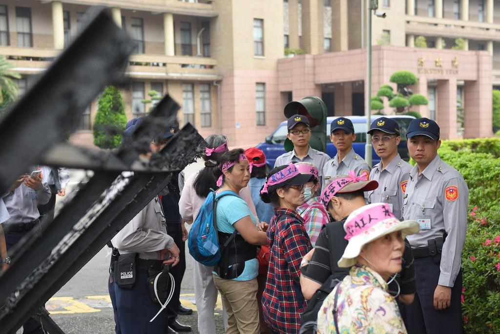 警民衝突過後,行政院才開放RCA工人進入表達訴求。(攝影:宋小海)
