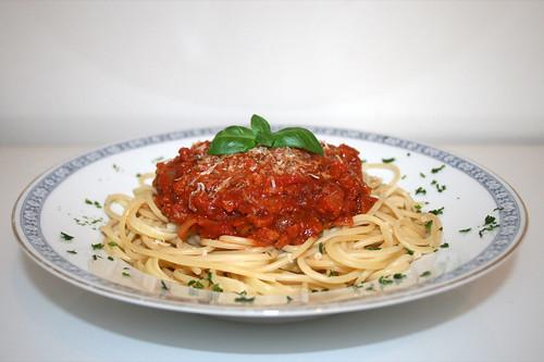 41 - Spaghetti with bacon tomato sauce - Side view / Spaghetti mit Speck-Tomatensauce - Seitenansicht