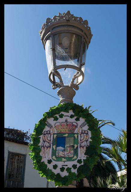 Icod de los Vinos ciudad drago milenario - Farola con escudo