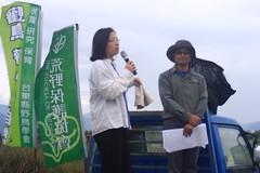踏上發財車分享自己生命故事的媽媽,敘述這片濕地對她有著特別意義。攝影:陳盈儒