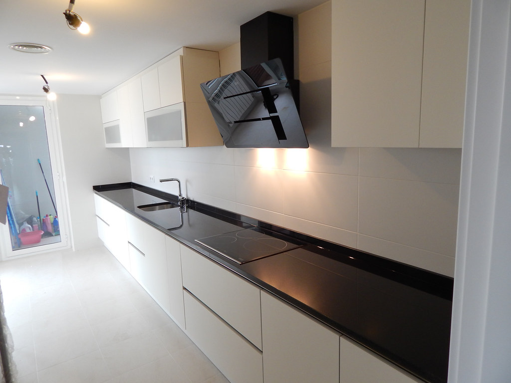 Muebles de cocina modelo lasser soft con gola - Encimera granito negro ...