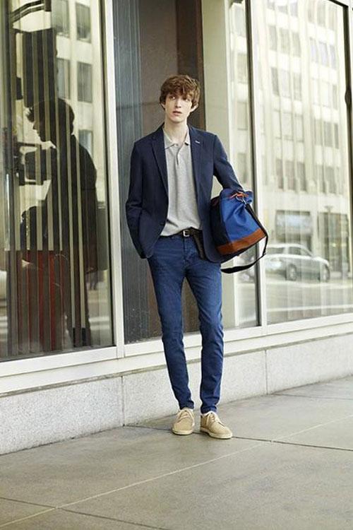 紺ジャケット×グレーポロシャツ×デニムパンツ