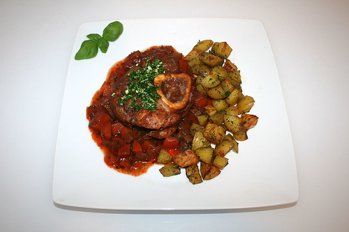60 - Osso buco with roast potatoes - Served / Osso Buco mit Röstkartoffeln - Serviert