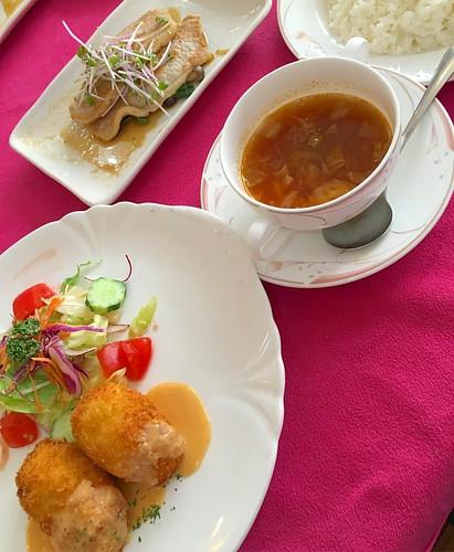 今日は打ち合わせランチ(ΦωΦ) シーフードコロッケうめぇ〜 豚生姜焼き、スープ #lunch #japan #japanese #japanesefood