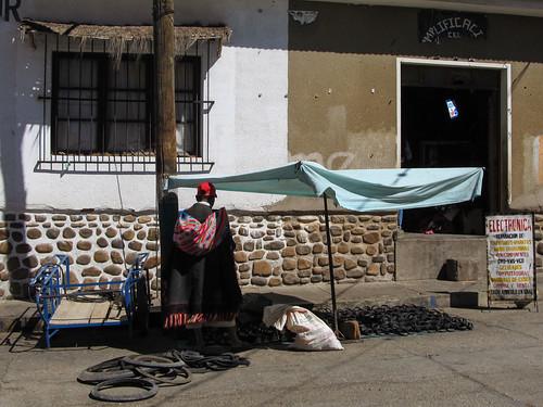 Tarabuco: sandales farbiquées à partir de pneus au marché dominical