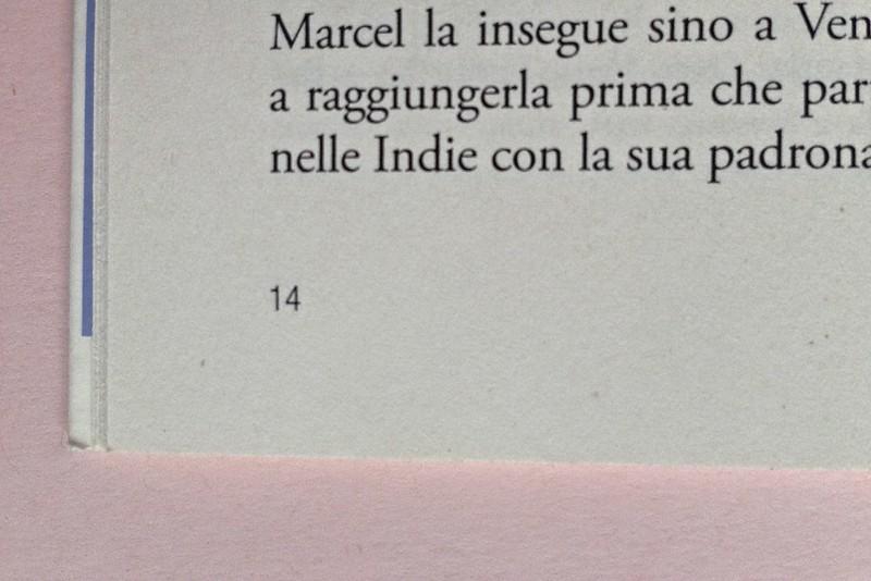 La ragazza con le rose rosse, di Marcel Proust. Nuova Editrice Berti 2014. [Responsabilità grafica non indicata]. Indicazione del numero di pagina, al piede della pagina, allineata al margine esterno del testo, a pag. 14 (part.), 1