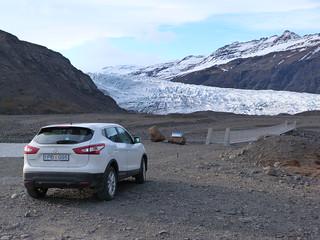 Coche frente al Flaajokull (Islandia)