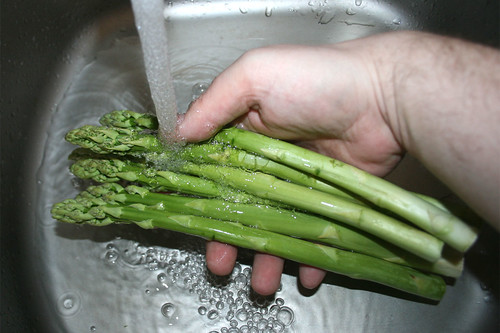 13 - Spargel waschen / Wash asparagus
