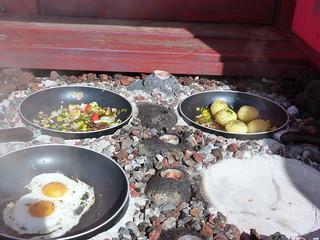 Comida cocinándose con energía geotérmica en Islandia