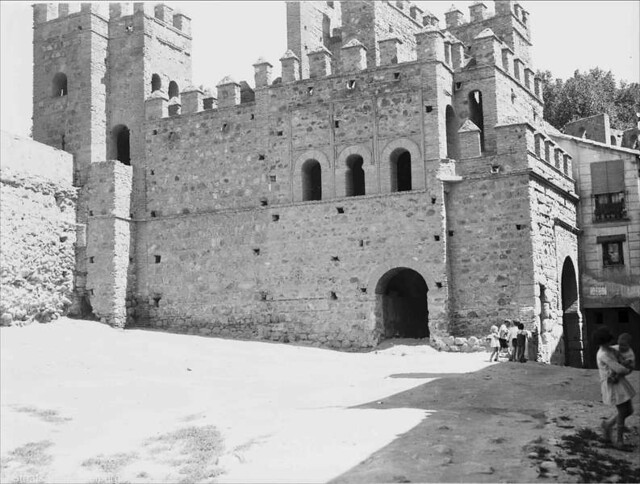 Interior de la Puerta Vieja de Bisagra  en Julio de 1932. Fotografía de Willy Pragher © Landesarchiv Baden-Württemberg, Abt. Staatsarchiv Freiburg