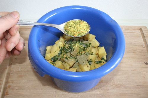 47 - Kartoffelwürfel würzen / Season potato dices