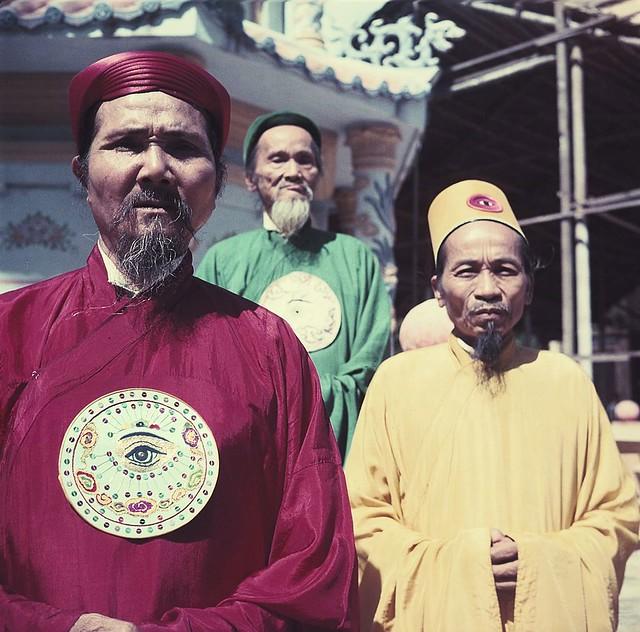 Indochina 1953 - Caodaiist Monks - Các chức sắc Cao Đài - by Jean-Philippe CHARBONNIER