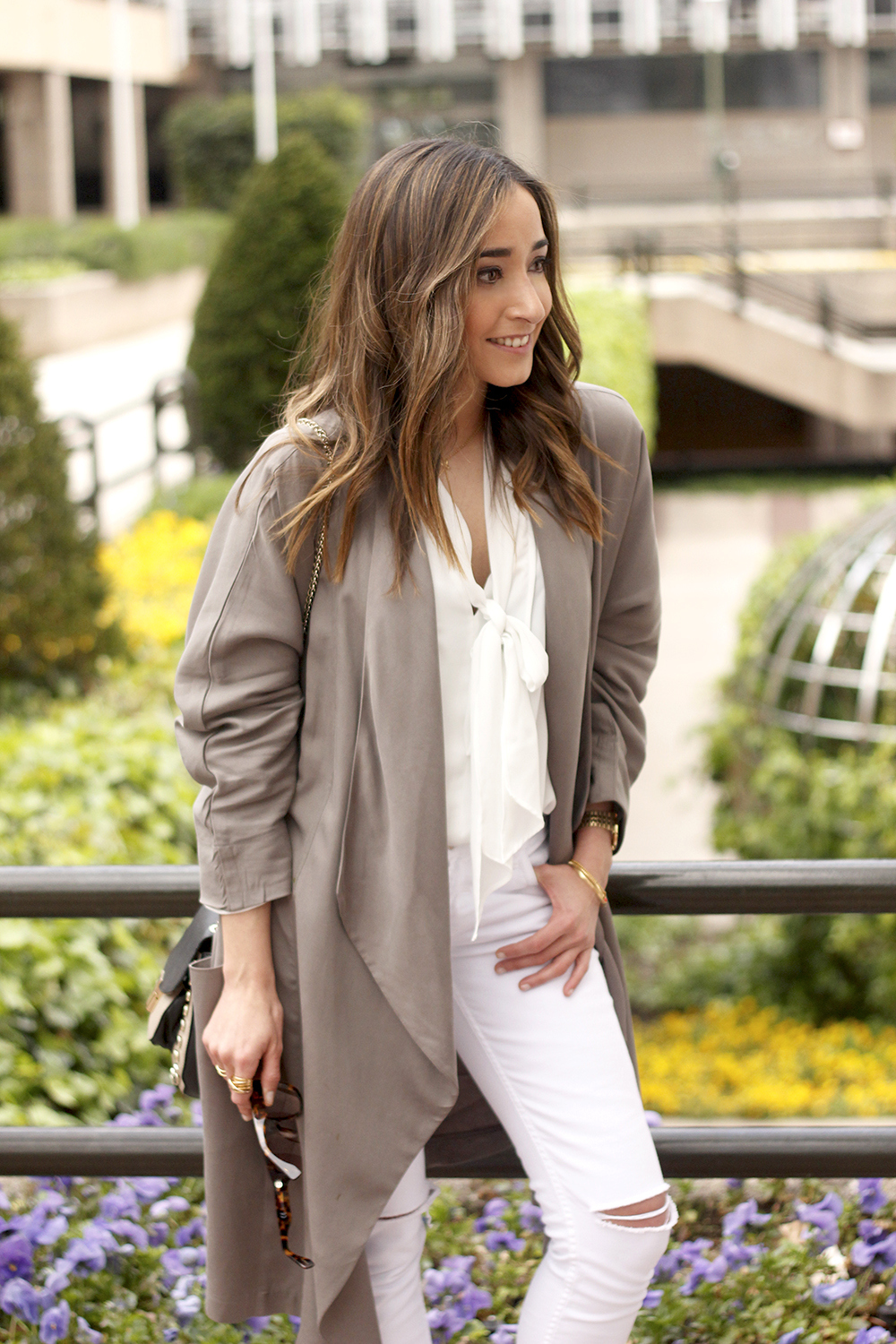 grey and white outfit trench spring streetstyle sunnies nude heels ripped jeans18