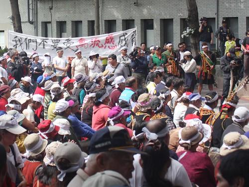 新園里里民聚集在縣政府廣場,表達反對養雞場設置的心聲。攝影:林廷益