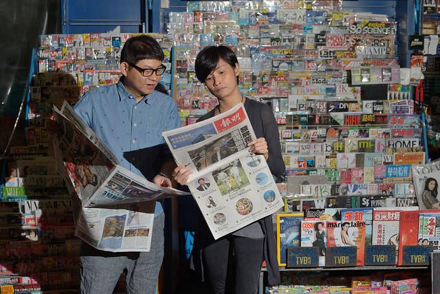 《導火新聞線》本是港視重頭劇,可惜最後不獲發牌,只能在網上播放。訪問當日,正好港視司法覆核勝訴的新聞見報,導演方俊華(左)和編審潘漫紅(右)拿着報紙,只能嘆息一聲無奈。 (鍾林枝攝 · 2015年4月25日)