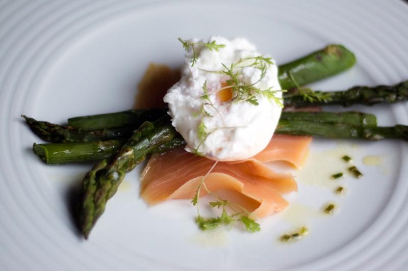 Espargos, salmão fumado e ovo