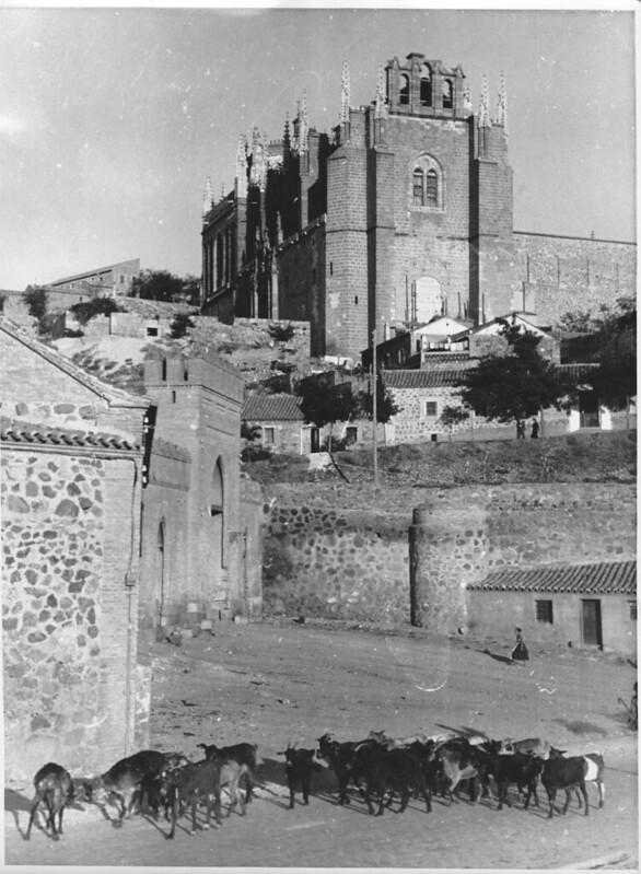 Rebaño de cabras en las Vistillas de San Agustín junto a la Puerta de San Martín con San Juan de los Reyes al fondo. Cortesía de J.M.M. Corral. Años 20. Orbis-Photo