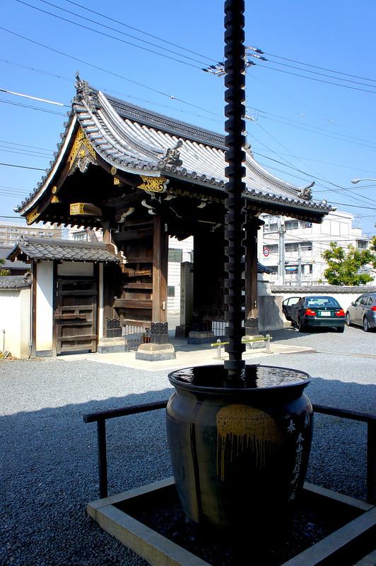 山門と鎖樋/妙傳寺(Myoden-ji Temple / Kyoto City) 2015/03/17 04796
