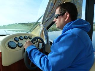 Sele conduciendo un barco-casa sin permiso en el Lago Alqueva (Portugal)