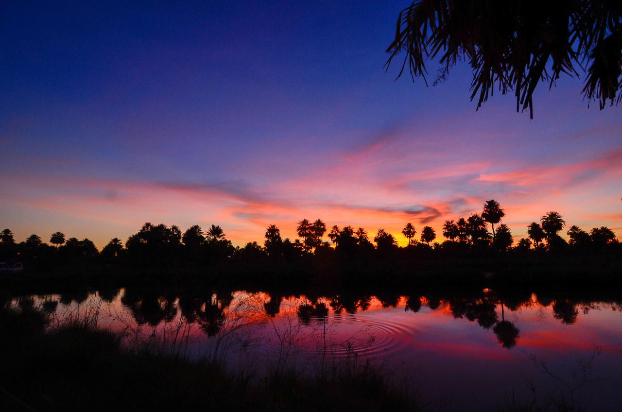 Uno de los tantos atardeceres que el chaco paraguayo acostumbra a darnos, sus luces rebotan por las aguas de los tajamares dándonos una vista inolvidable. (Elton Núñez).