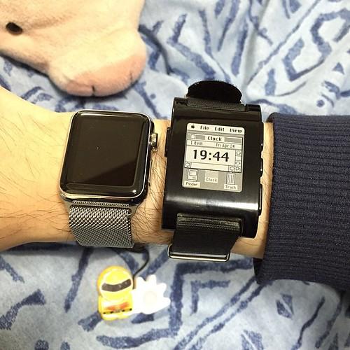 Apple Watch(38mm)とPebble、揃い踏みです。