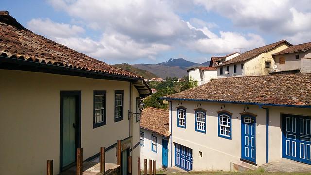 Ruas de Ouro Preto com o pico Itacolomi ao fundo