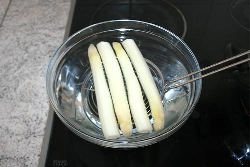 22 - Spargel in kaltem Wasser abschrecken / Refresh asparagus in cold water
