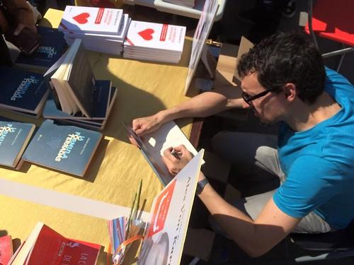 Daniel Jerez firmando ejemplar de La Fórmula de Terradas