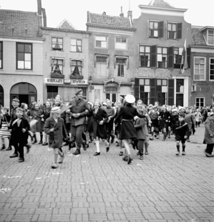 Dutch children dressed in orange paper hats and ribbons to celebrate... / Enfants hollandais portant des chapeaux et des rubans de papier orange pour célébrer...