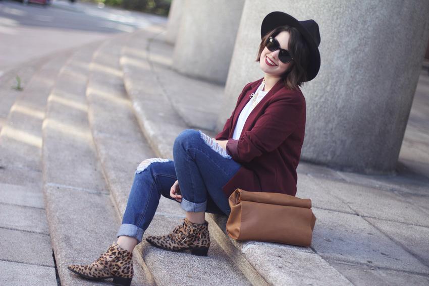 look con boyfriend jeans y botines de leopardo bimbaylola