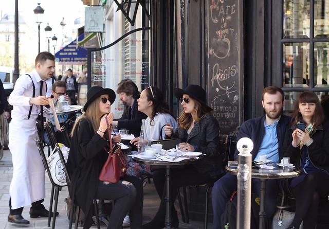 Scène de café parisien