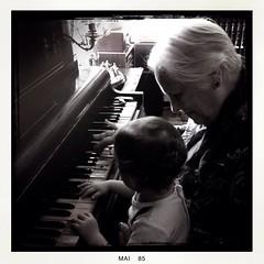 {Ao piano: Xavier e Avó :notes::heart:️:musical_keyboard:}