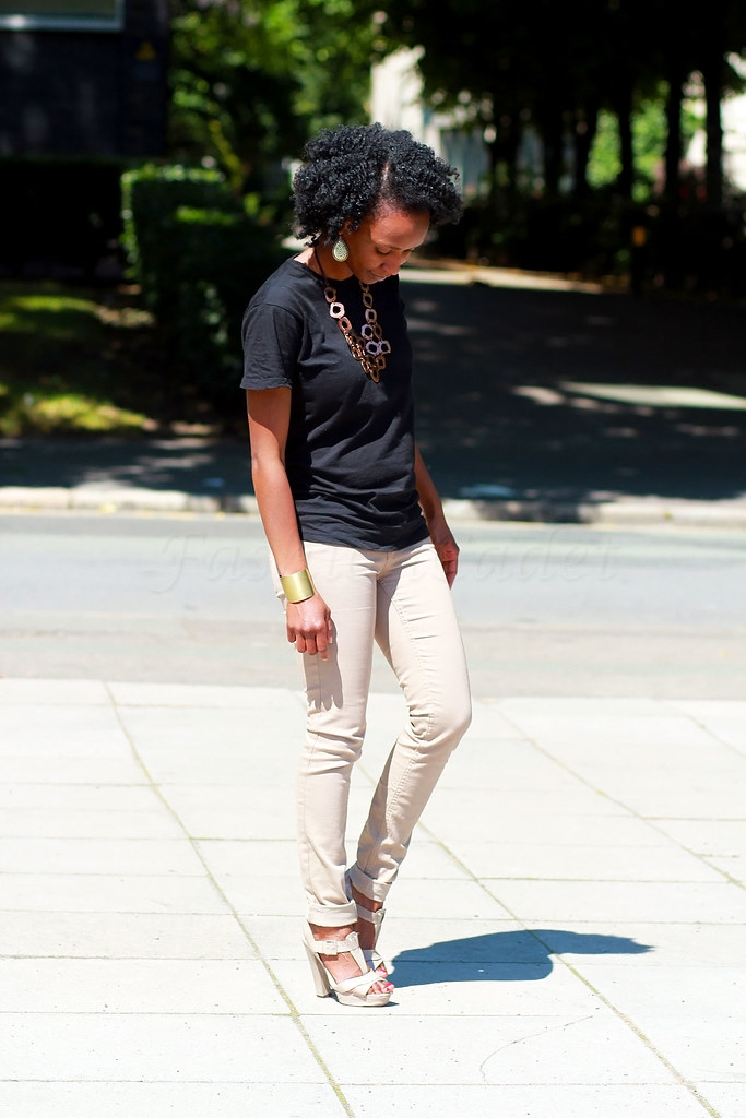 beige-trousers-with-a-black-t-shirt,beige pants womens, how to style beige pants, khaki pants, khaki trousers, tan pants, tan trousers, how to style a basic tee, How to Dress Up a Basic T-Shirt, unboring ways to wear a t-shirt, different ways to style a plain black t-shirt, ways to style a t-shirt