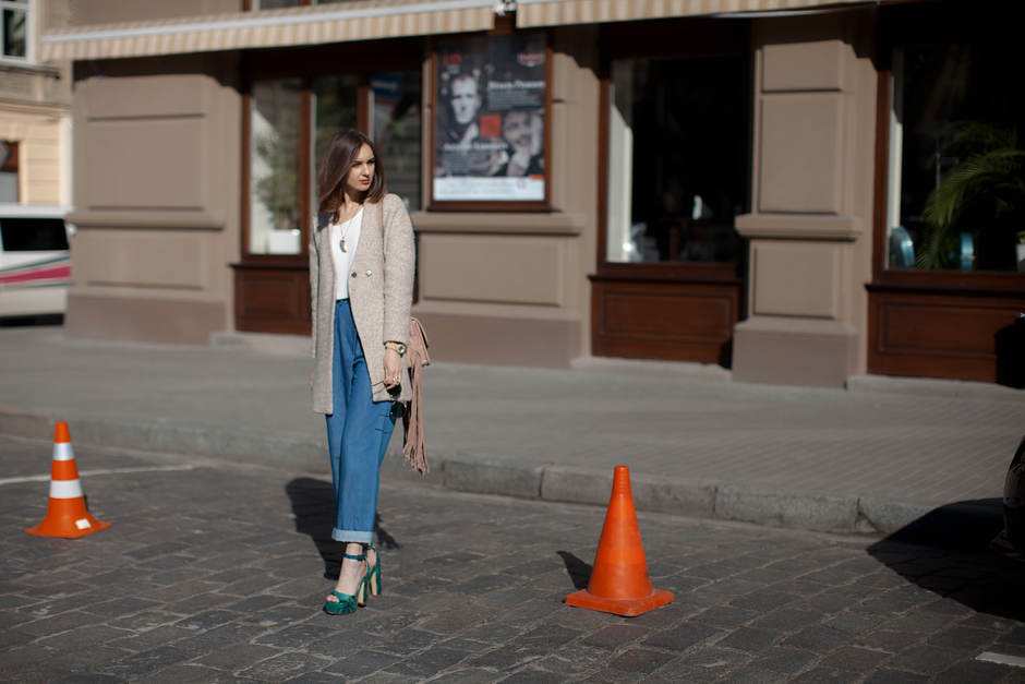 nude-coat-outfit-street-style-platform-heels-70s-inspired