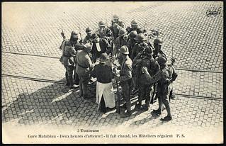 [La guerre 1914 à Toulouse]. 5. Toulouse. Gare Matabiau. Deux heures d'attente ! Il fait chaud, les Hôteliers régalent.