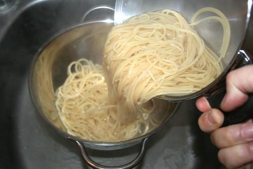37 - Nudeln abgießen / Drain noodles